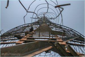 Искореженные металлические конструкции Башни Шухова на Оке
